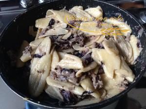 Cencioni in cialda di parmigiano con radicchio, salsiccia e besciamella