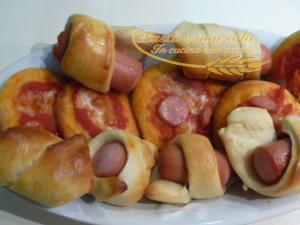Pizzette e mini hot dog di pan brioche