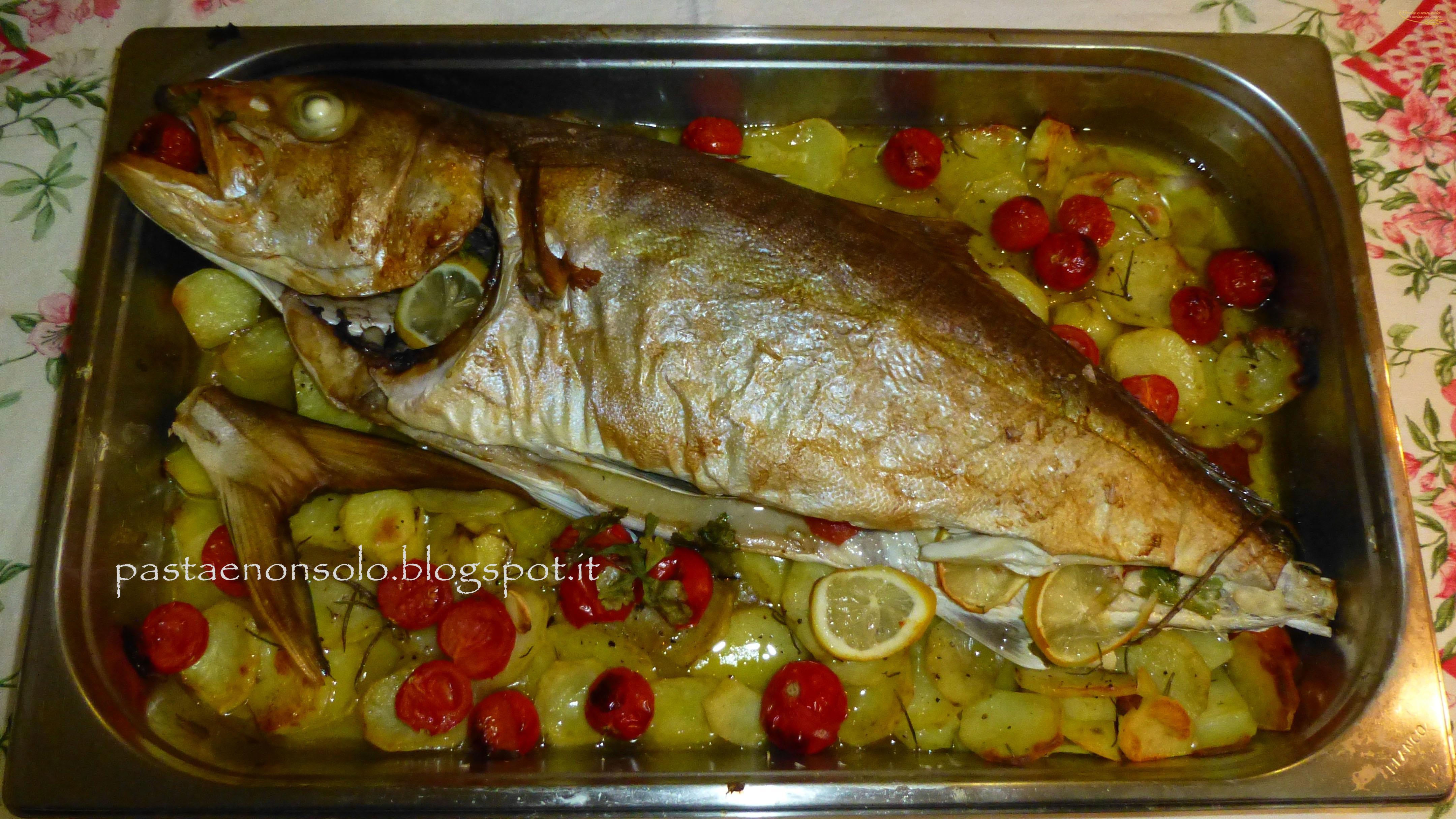 Ricciola al forno su letto di patate e pomodorini pasta - Pesce su letto di patate ...