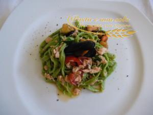 Tagliolini verdi con salmone fresco e cozze