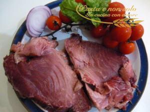 Filetto di tonno alla Mediterraneo, con pomodorini, cipolla e basilico