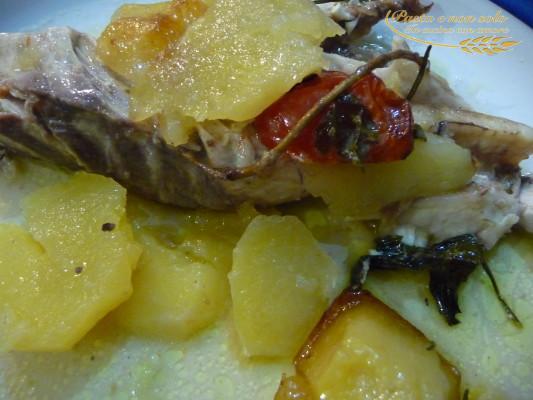 Pesce Balestra al forno con patate e pomodorini