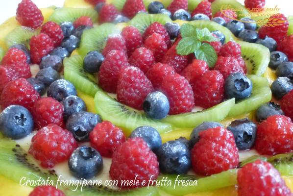 crostata frangipane con mele e frutta fresca