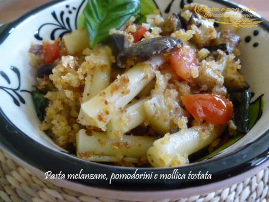 pasta melanzana,pomodorini e mollica tostata