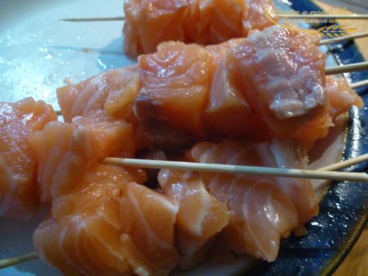 spiedini di salmone con salsa allo yogurt