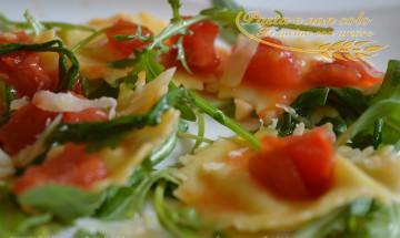 ravioli ripieni di taleggio e patate con rucola e pomodorini1