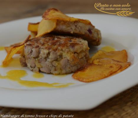 hamburger di tonno fresco e chips di patate