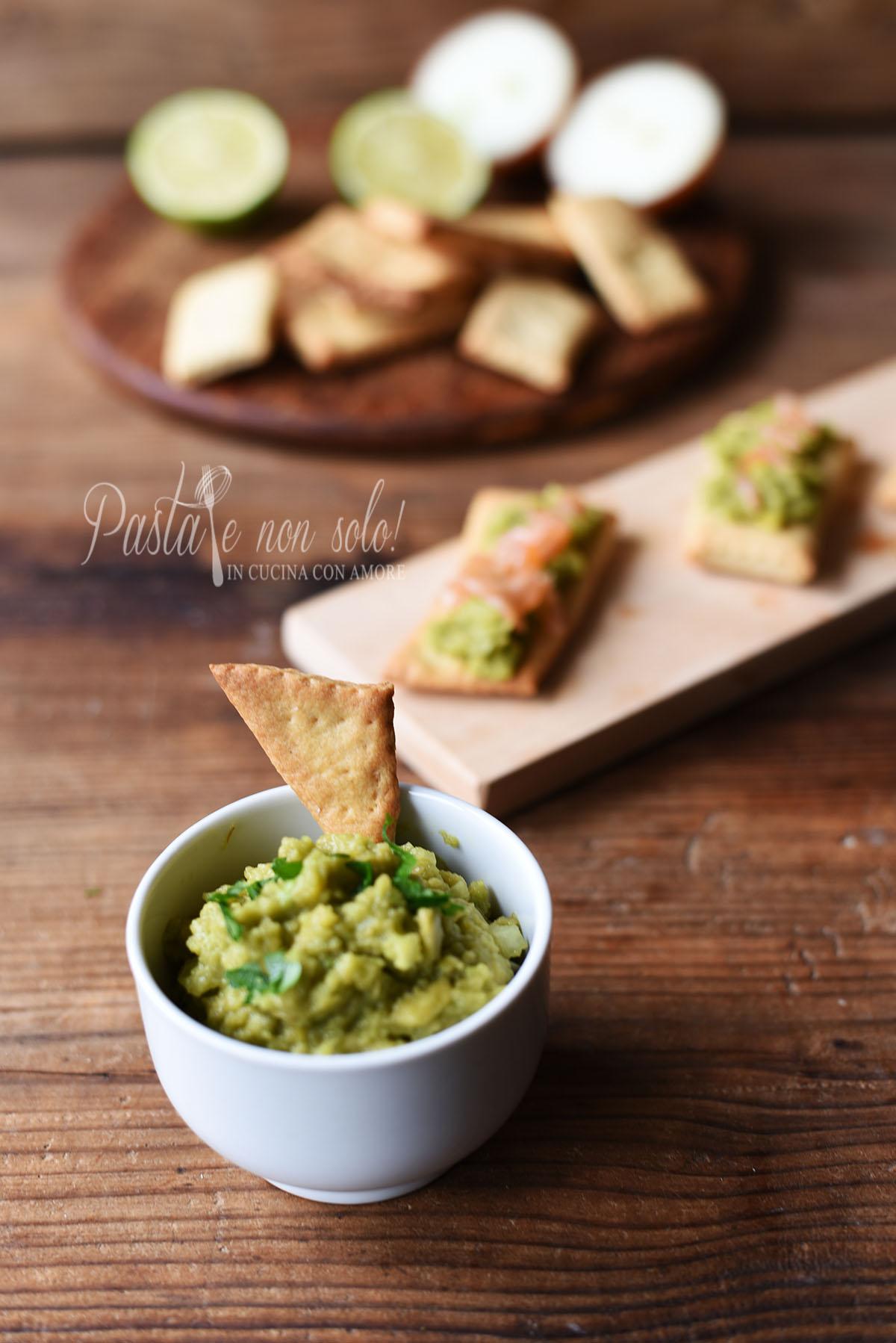 crackers a lievitazione naturale con salsa guacamole e salmone affumicato
