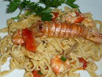Tagliolini di pasta fresca con gamberi,cicala, merluzzetto e pomodorino pachino