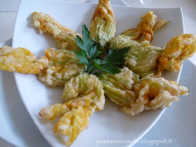 Fiori di zucca fritti con ripieno di alici e mozzarella