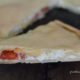 focaccia con zucchine, pomodorini e formaggi freschi